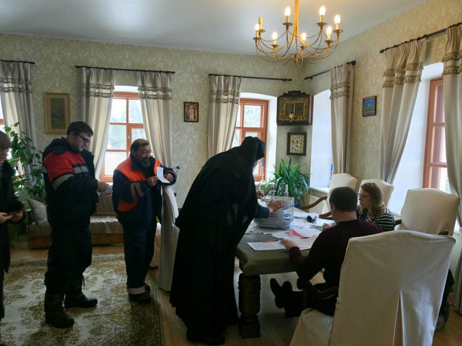 Процесс голосования на выборах Президента России был организован в Коневском монастыре для братии и трудящихся в обители