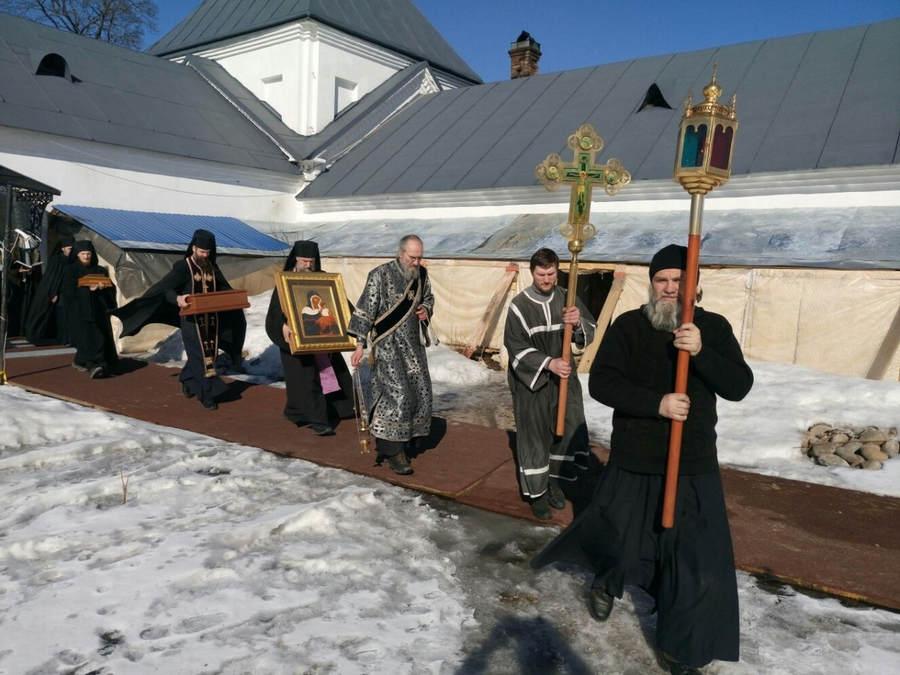Братия Коневской обители во главе с наместником перенесла монастырские святыни на лето в нижний Сретенский храм