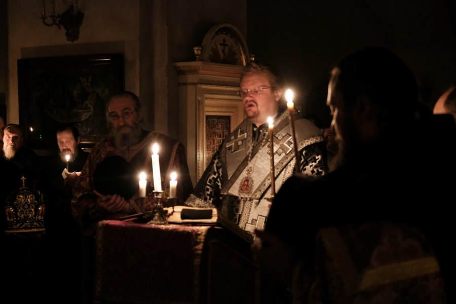 Преосвященнейший Игнатий совершил Утреню с последованием Страстных Евангелий и Царские Часы в Коневской обители