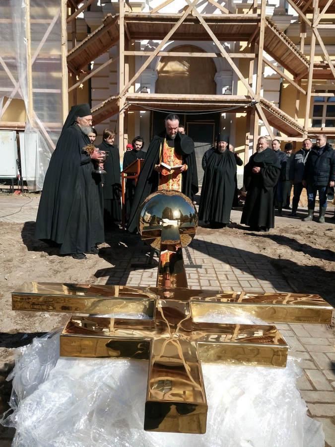 Наместник Коневской обители освятил крест для восстанавливаемой монастырской колокольни
