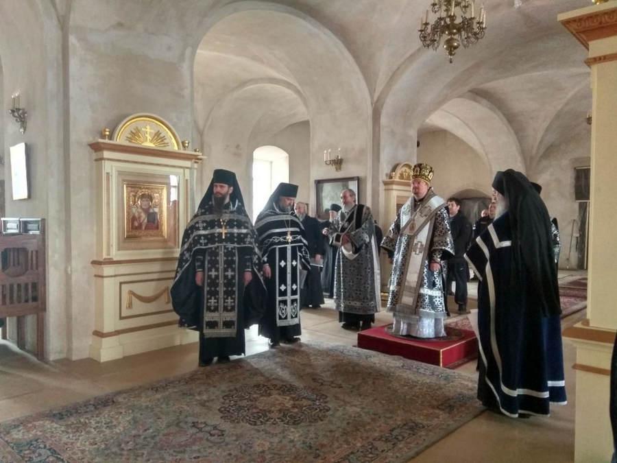 Преосвященнейший Игнатий совершил уставное богослужение Чина изнесения Плащаницы Господа в Коневской обители