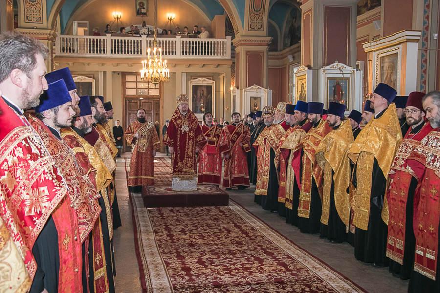 Наместник Рождество-Богородичного Коневского монастыря игумен Александр (Арва) сослужил священноархимандриту обители Преосвященнейшему Игнатию за Пасхальной вечерней