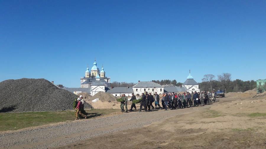Братия Коневской обители почтила память павших в Великой Отечественной войне заупокойной литией и возложением цветов