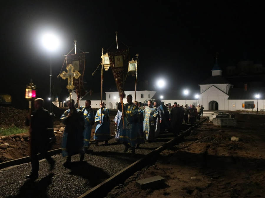 Епископ Выборгский и Приозерский Игнатий возглавил утреню, Чин погребения Богородицы и ночную Литургию с крестным ходом в Коневской обители