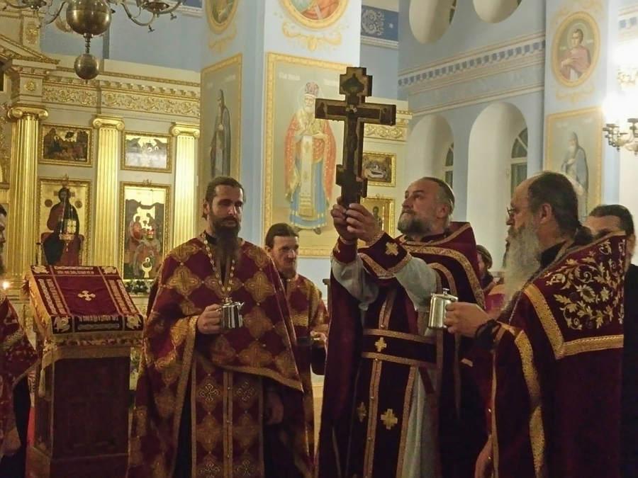 В день Крестовоздвижения и накануне в Коневском Рождество-Богородичном монастыре совершены праздничные богослужения.