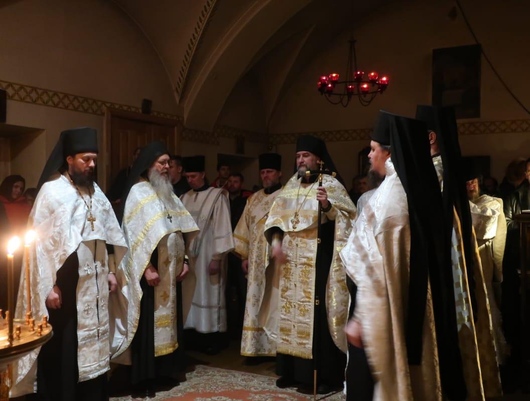 В Коневской обители Рождество Христово встретили ночным богослужением и фейерверком по окончании