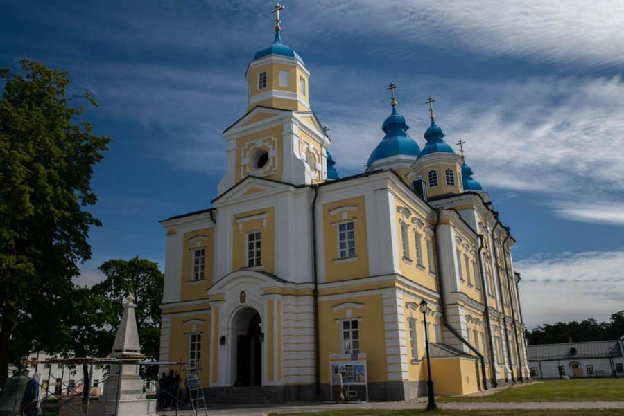 Всенощное бдение совершено сонмом архипастырей в храме Рождества Пресвятой Богородицы Коневского монастыря