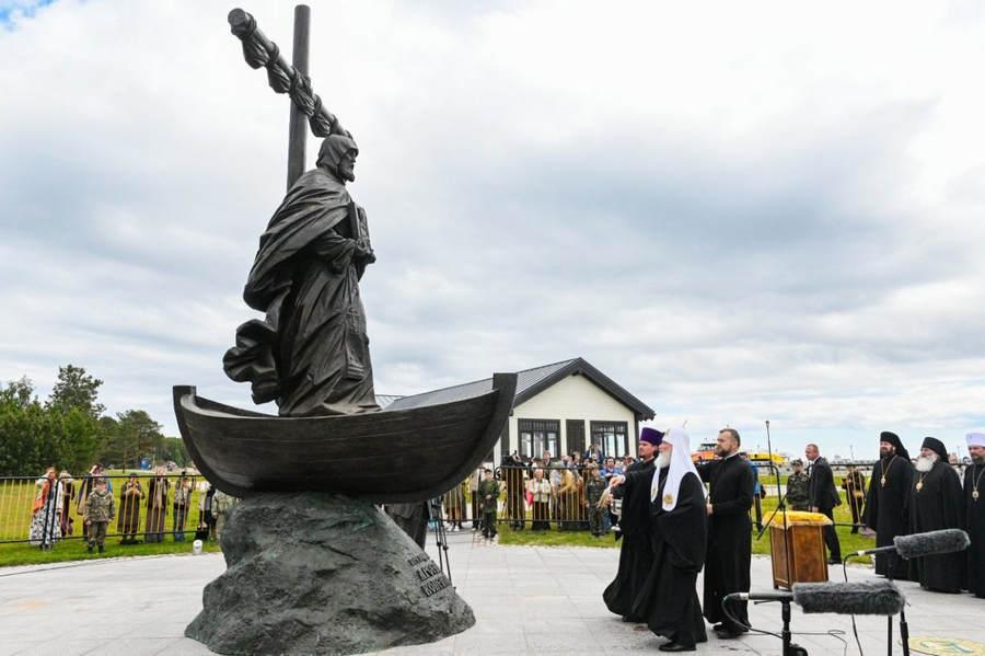 Святейший Патриарх Кирилл освятил памятник преподобному Арсению Коневскому на острове Коневец