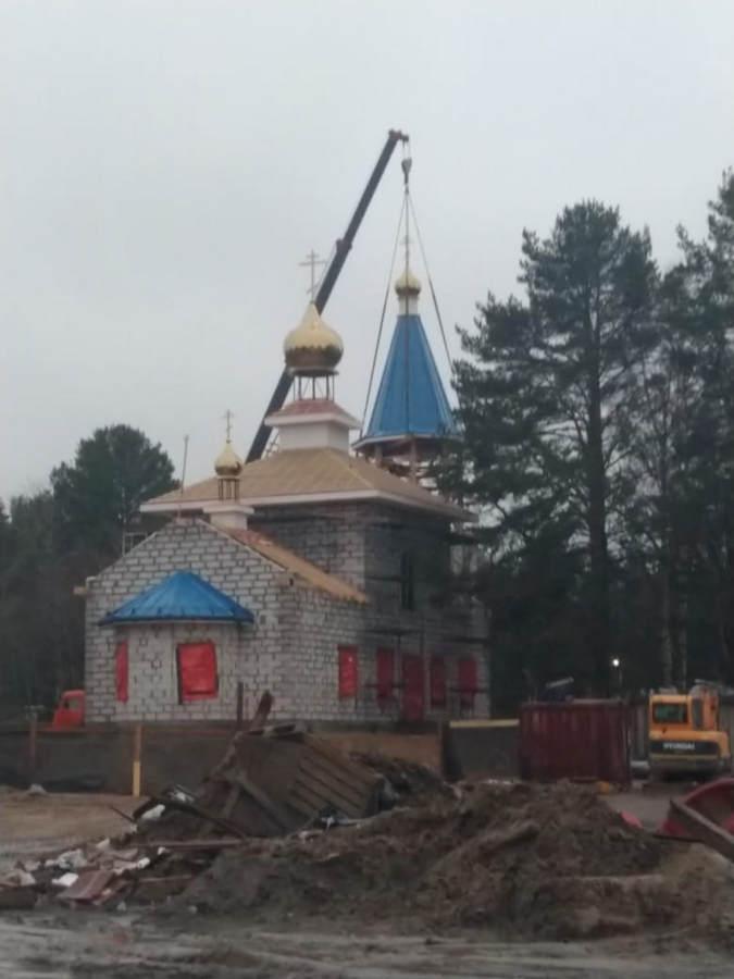 На храм Всех Коневских святых в бухте Владимирской подняты купола и кресты