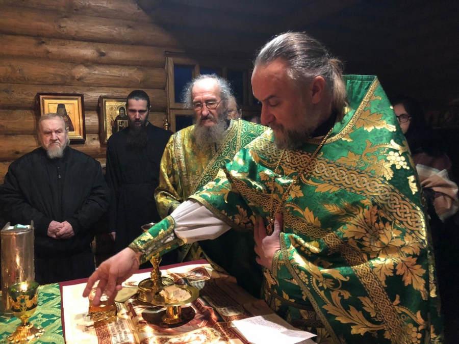 Наместник Коневской обители возглавил Литургию в Александро-Невской часовне монастыря в день памяти святого благоверного князя и своего тезоименитства