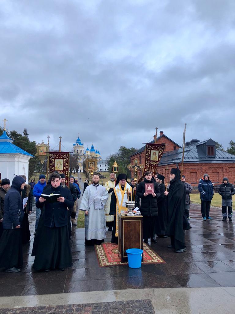 Епископ Выборгский и Приозерский Игнатий совершил Божественную литургию праздника Богоявления в Коневской обители и освятил воды Ладожского озера