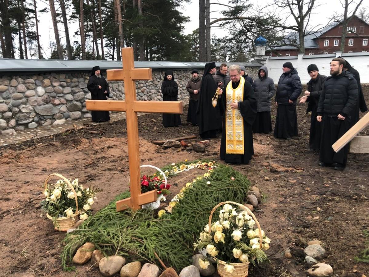 Епископ Выборгский и Приозерский Игнатий совершиллитию на могиле новопреставленного ризничего Коневского монастыря монаха Вениамина