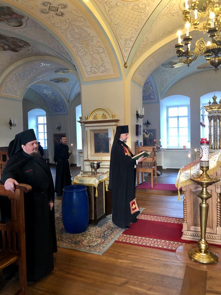 Богослужения Навечерия Крещения Господня совершили в Коневском монастыре