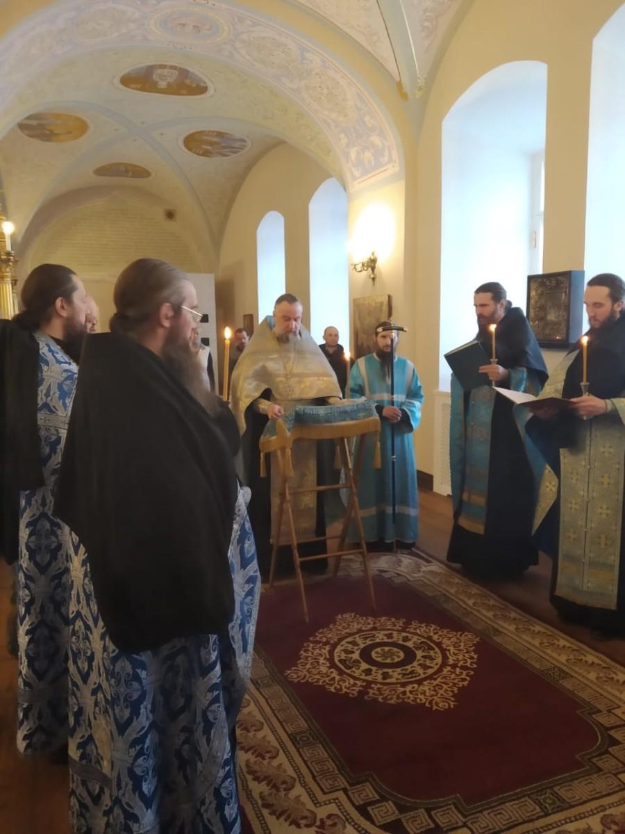 В Коневской обители совершены уставные богослужения с чтением Акафиста Пресвятой Богородице