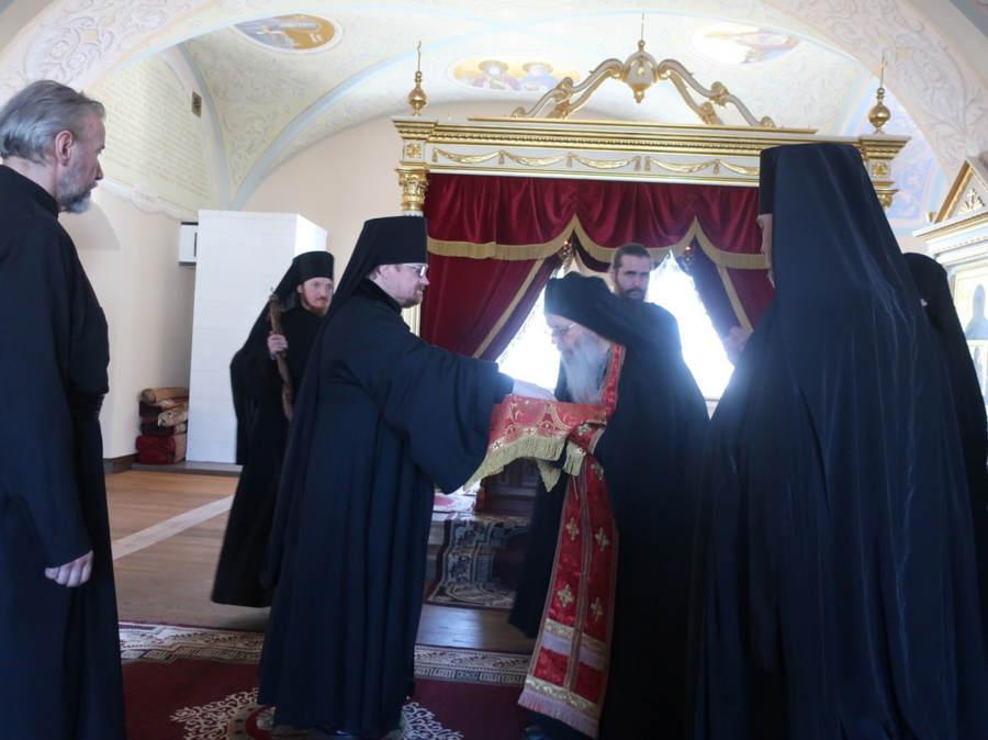 Епископ Выборгский и Приозерский Игнатий совершил богослужения в Коневской обители и высадил саженцы в монастырском саду