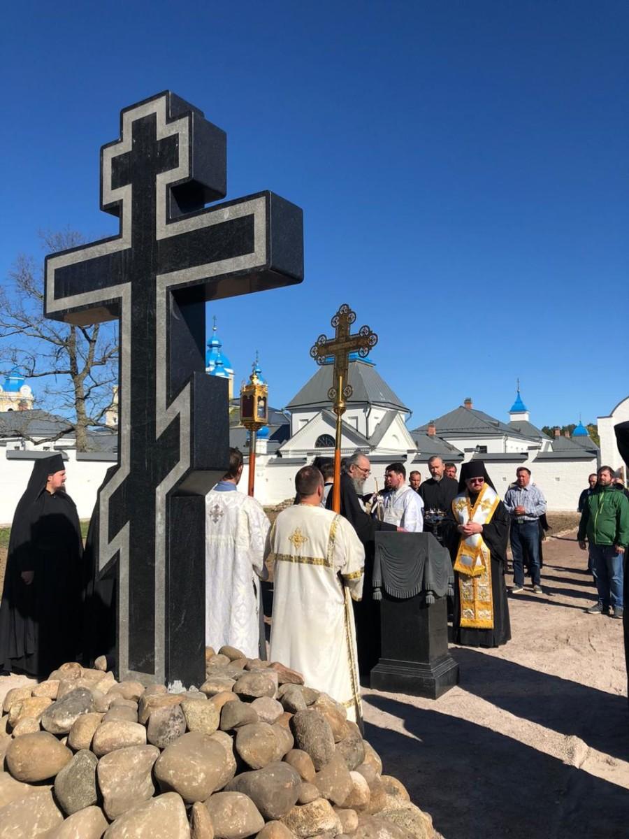 После Литургии Преосвященнейший Игнатий совершил освящение поклонного креста на братском кладбище Коневской обители