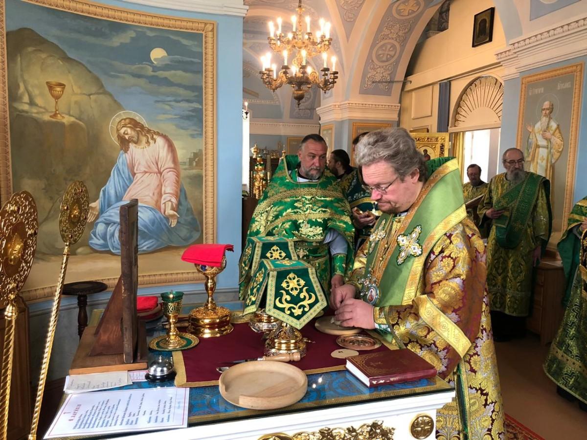 Богослужения праздника Пятидесятницы совершены в Коневской обители