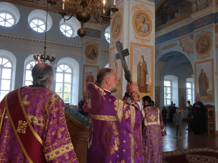 Богослужения праздника Происхождения Честных Древ Животворящего Креста совершены в Коневском Рождество-Богородичном монастыре