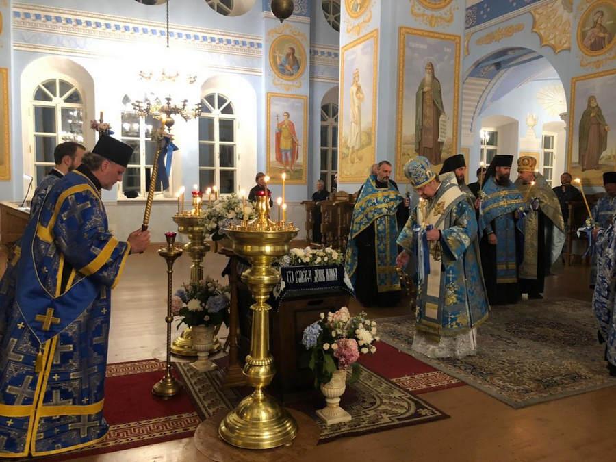 Епископ Выборгский и Приозерский Игнатий возглавил утреню с Чином погребения Богородицы и ночную Литургию с крестным ходом в Коневской обители