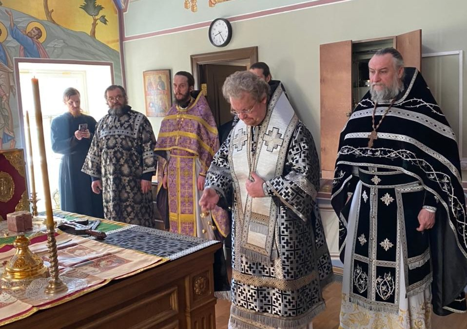Священноархимандрит Коневской обитель совершил в монастыре уставные богослужения «Мариина стояния» и Литургию Преждеосвященных Даров