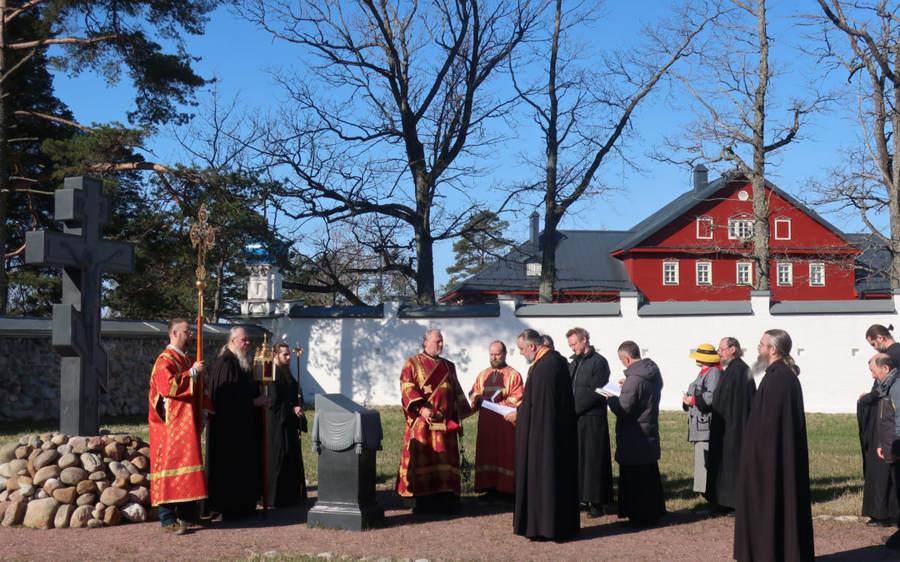 В праздник Радоницы после Литургии братия Коневской обители совершила панихиду на братском и мирском монастырских кладбищах