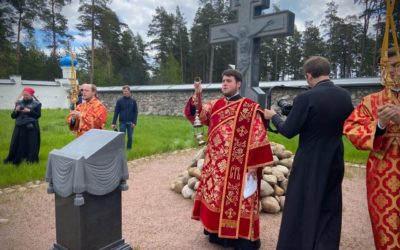 В ходе торжеств 30-летия возрождения монашеской жизни на Коневце епископ Выборгский и Приозерский Игнатий и епископ Кронштадтский Назарий совершили литию на братском кладбище монастыря