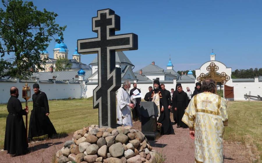 В день Троицкой родительской субботы братия Коневской обители совершила панихиду на братском и мирском монастырских кладбищах
