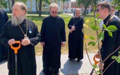 В честь 30-летия начала нового возрождения Коневского монастыря владыкой Игнатием, прибывшими на торжества архипастырями и благочинными в обители высажены плодовые деревья