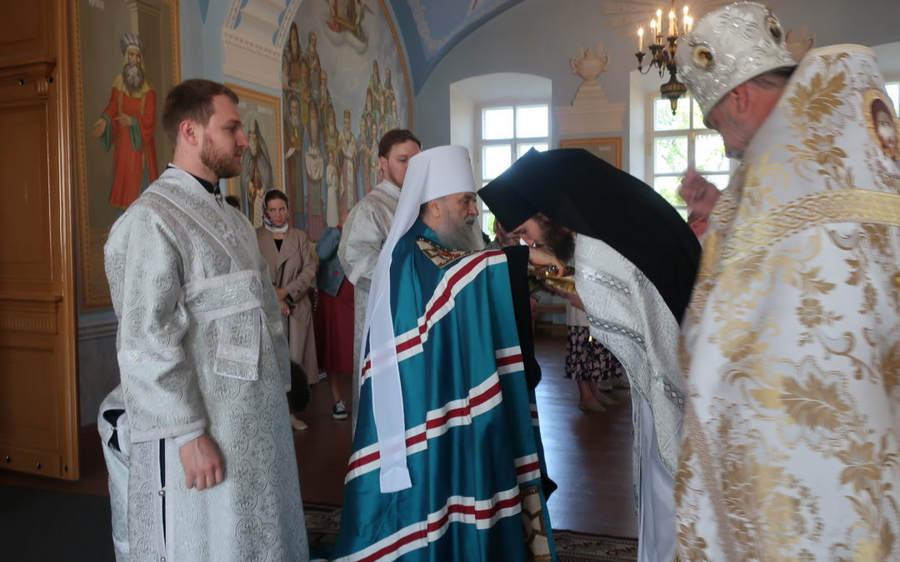 Митрополит Санкт-Петербургский и Ладожский Варсонофий совершил Божественную литургию в Рождество-Богородичном соборе Коневского монастыря