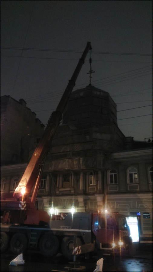 на нашем подворье в Петербурге установлен золоченый крест