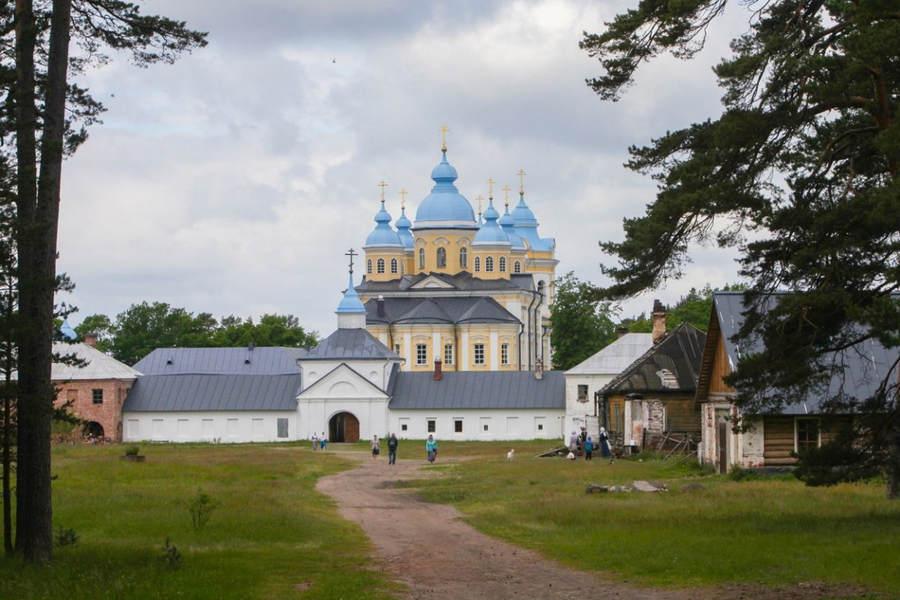 Наместник Коневского монастыря освятил военный объект в бухте Владимирская