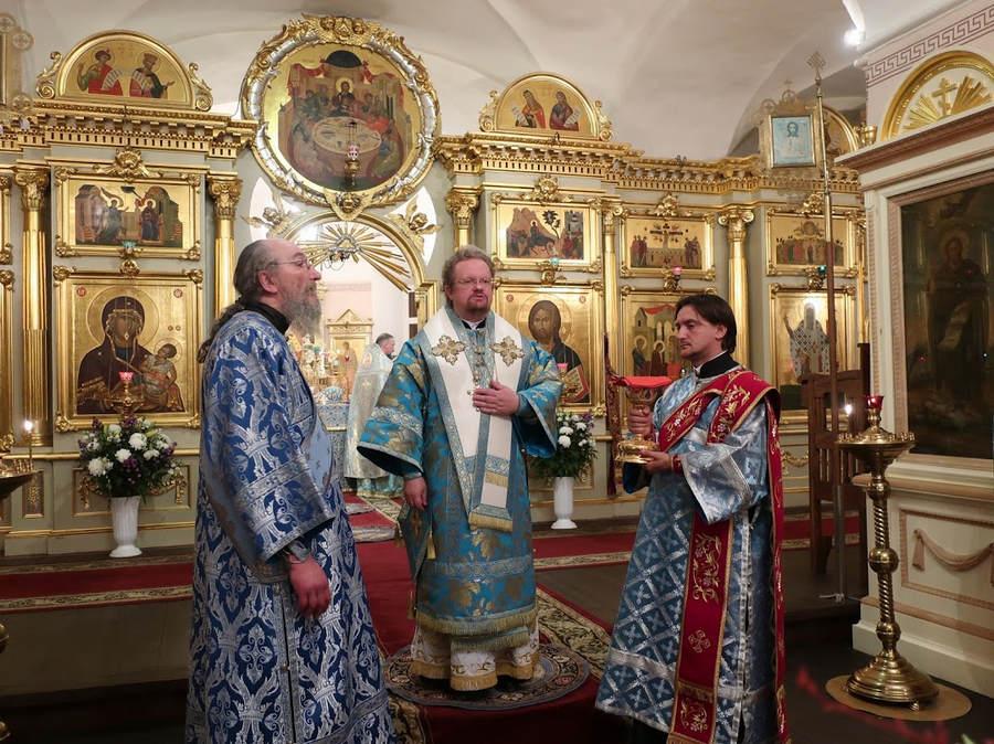 Преосвященнейший Игнатий возглавил утреню, Чин погребения Богородицы и ночную Литургию с крестным ходом в Коневской обители