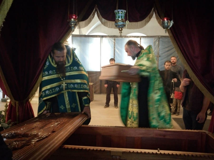 В Коневской обители после Литургии праздника Святой Троицы совершен молебен перед мощами преподобного Арсения