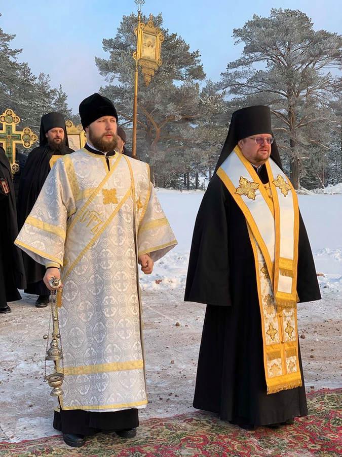 Епископ Выборгский и Приозерский Игнатий совершил Божественную литургию праздника Крещения Господня в Коневской обители и освятил воды Ладоги