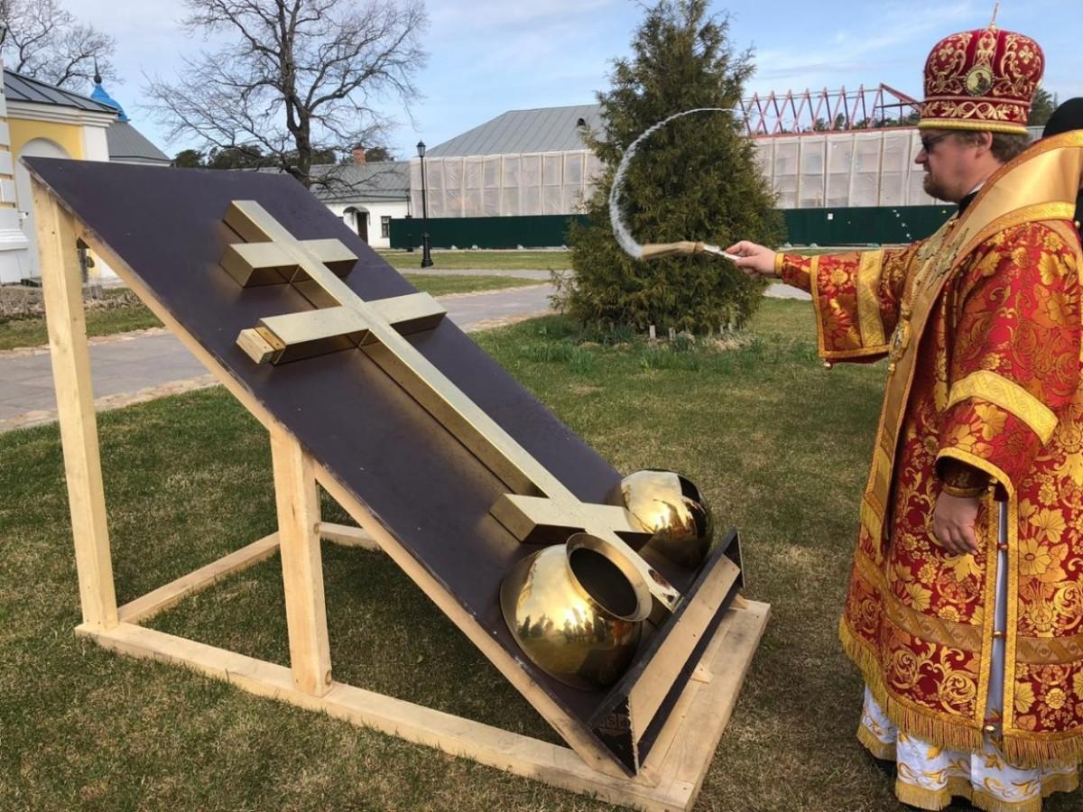 Епископ Выборгский и Приозерский Игнатий совершил Литургию в Коневском монастыре и освятил крест, который будет установлен над входом в обитель