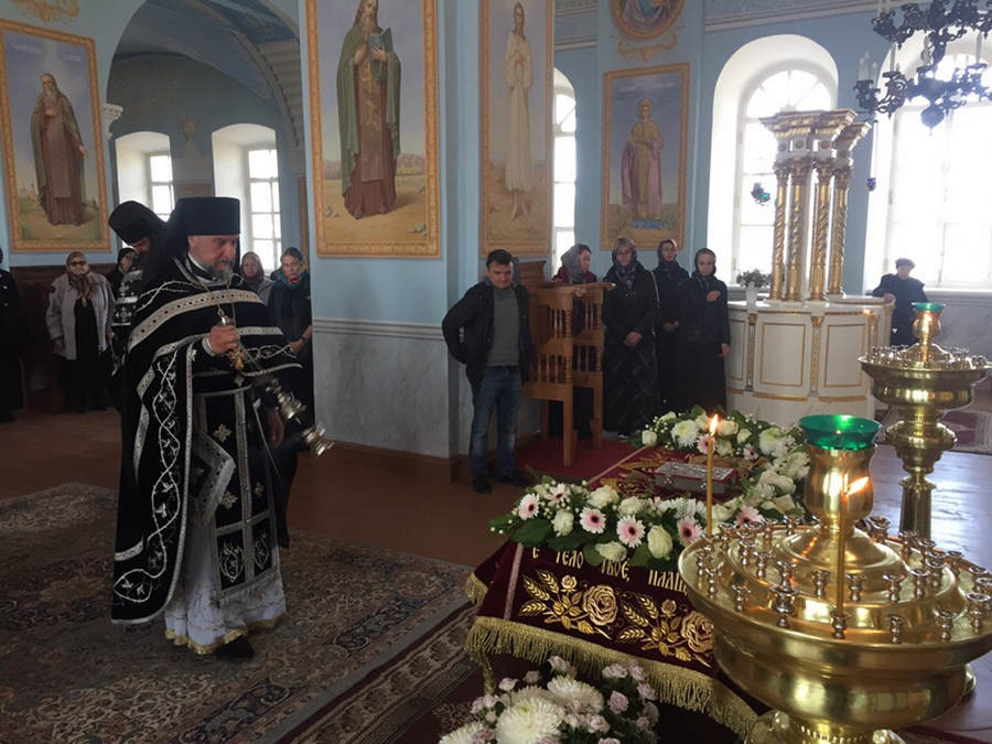 В Коневской обители совершены уставные богослужения Великой Пятницы с Чином изнесения Плащаницы