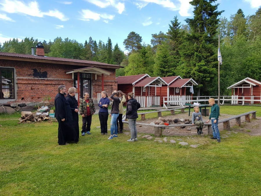 Владыка Игнатий и владыка Мелетий посетили детский лагерь у скита Коневской иконы Божией Матери в островной обители