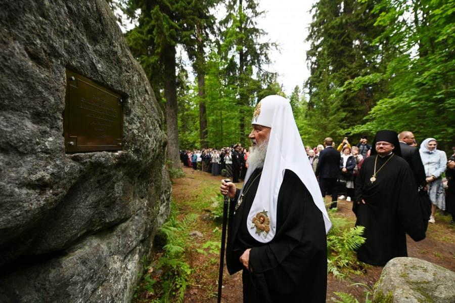 Патриарший визит в Коневский монастырь. Посещение часовни прп. Арсения Коневского