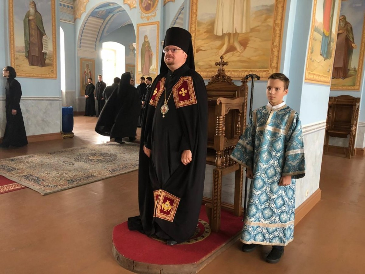 Преосвященнейший Игнатий совершил последование малой вечерни и акафиста в Коневском монастыре