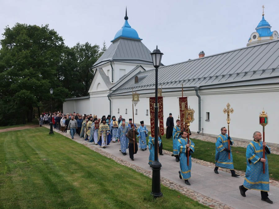 Литургию в день престольного праздника Рождества Пресвятой Богородицы совершили в Коневском монастыре
