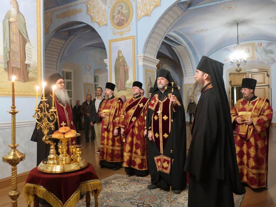 В Коневской обители совершены праздничные богослужения с чином Воздвижения Креста Господня
