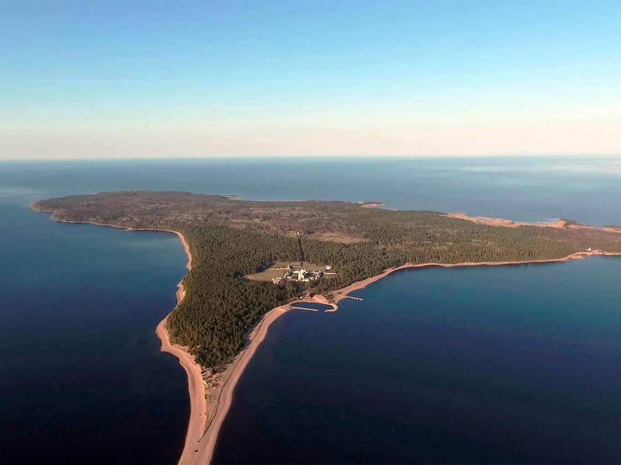 Владыка Игнатий осмотрел восстанавливающиеся объекты на острове Коневец