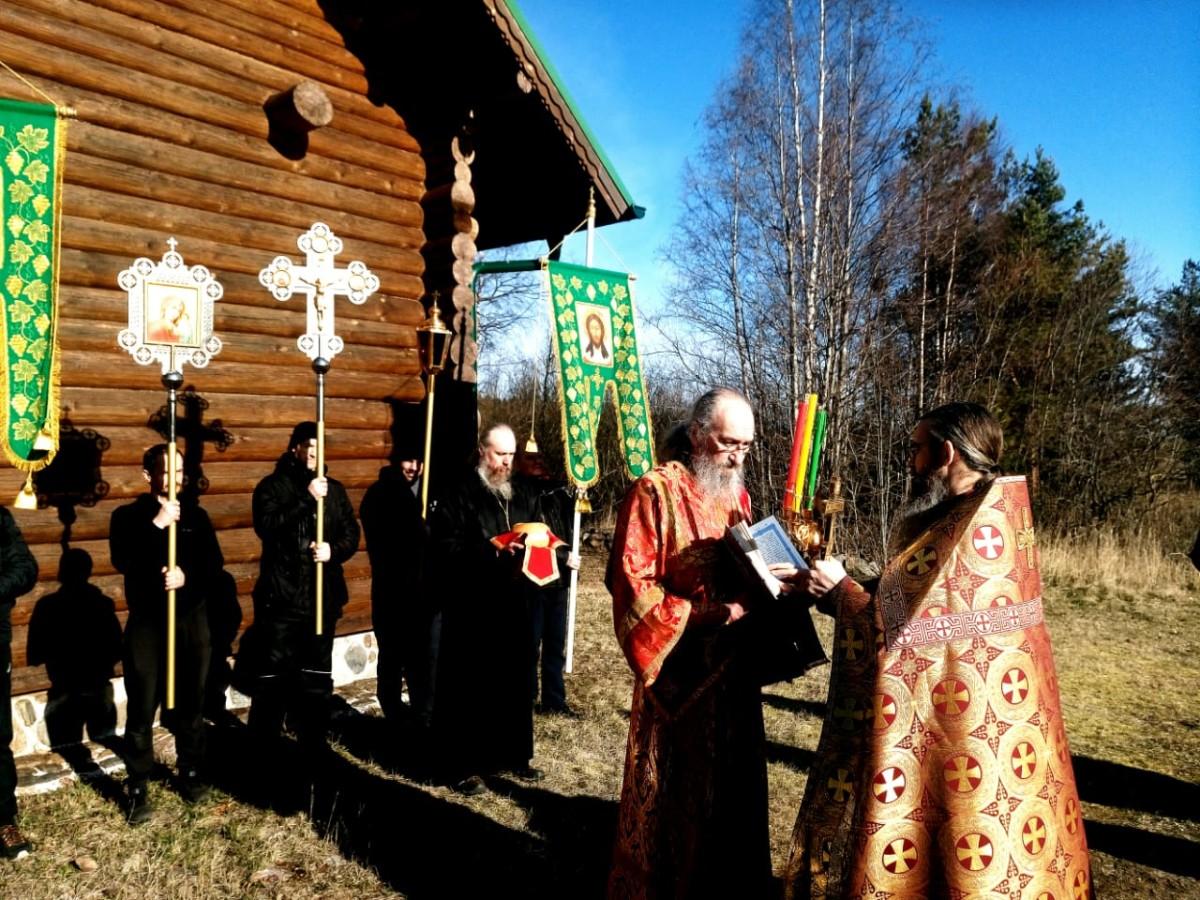 Братия Коневского монастыря совершила Литургию  с крестным ходом в Александро-Невской часовне