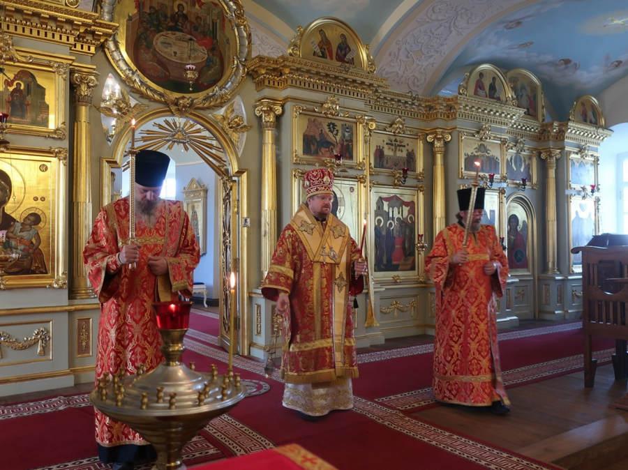 Владыка Игнатий совершил богослужения дня памяти великомученика Георгия Победоносца в Коневской обители