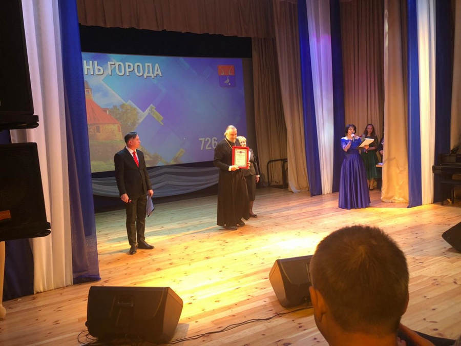 Накануне Дня города глава администрации Приозерска вручил наместнику Коневской обители Почетную грамоту