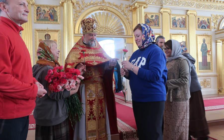 Неделю Жен-мироносиц молитвенно встретили в Коневской обители. Паломниц и сотрудниц служб поздравили цветами