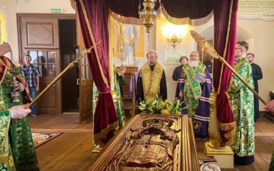Епископ Выборгский и Приозерский Игнатий и епископ Тихвинский и Лодейнопольский Мстислав совершили вечерню с акафистом перед мощами преподобного Арсения Коневского