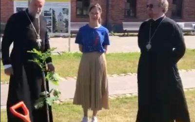При участии владыки Игнатия на Коневце посажен дуб, выращенный из желудей посаженного Петром I в Летнем саду дуба